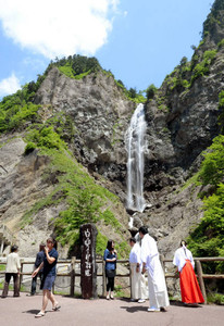 白山スーパー林道の石川県側が開通し、雄大な景色を楽しむドライバーら=白山市で