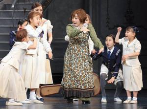 公開舞台稽古で熱演する出演者=名古屋市中区の新名古屋ミュージカル劇場で