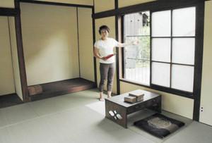 新美南吉が下宿した当時の姿を復元した部屋を紹介する大見まゆみさん=安城市新田町出郷で