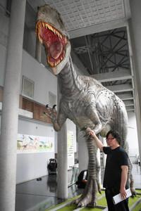 県内初の展示になるというカルカロドントサウルス=飯田市美術博物館で