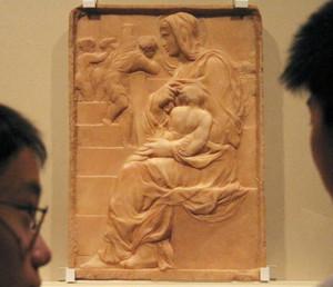 日本初公開された初期の大理石の傑作「階段の聖母」=福井市の県立美術館で