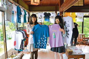 オリジナルTシャツを手にする小林さん(右)と堀川さん=高岡市東藤平蔵で