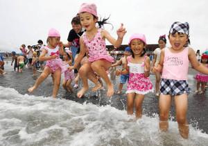 元気な声を響かせて初泳ぎを楽しむ園児たち=30日、牧之原市の静波海水浴場で