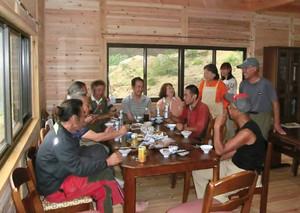 仲間たちと完成を祝う梅田さん(右端)=菰野町の御在所岳で