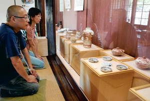 近代名工の九谷焼が並ぶ会場=九谷焼窯跡展示館で