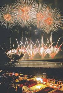 夜空を彩った昨年の大会の花火の大輪=昨年7月、伊勢市の宮川河畔で