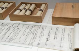 展示された御堂関白記の複製品=東近江市の近江商人博物館で