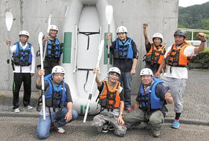 ゴムボートを囲んで気合を入れる白山アドベンチャークラブのメンバーら=白山市上野町で