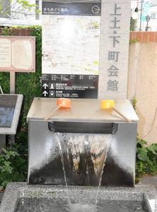 「上土・下町会館」の位置を示すブロック石の段数を問うなどユニークなクイズが用意されている=松本市大手で