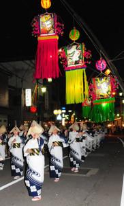 民踊街流しを披露する婦人会員ら=南砺市福光で