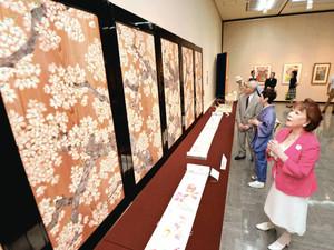 感慨深げに作品を鑑賞する朝丘さん(右)=県立美術館で