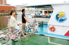 自転車と一緒に乗船できる水上バス。清水港と三保半島を15分で結ぶ=静岡市清水区で