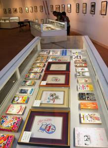 藤子さんのサインや原画の複製、書籍などが展示されている特別展=高岡市中川で