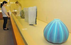青釉のつぼなど自然をモチーフにした作品が並ぶ=多治見市東町の美濃焼ミュージアムで