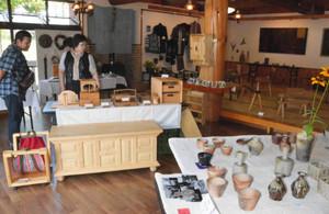 陶器や木製の家具など手作りの作品が並ぶ会場=木曽町開田高原西野で