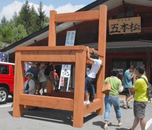 子どもたちに人気の巨大な椅子のモニュメント=木曽町開田高原西野で