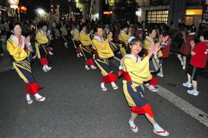 越前市サマーフェスティバルが開幕し、「ふるさと踊り」を楽しむ市民たち=越前市府中1で