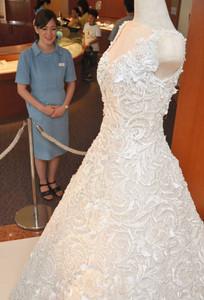 真珠1万3262個をあしらったウエディングドレス=鳥羽市のミキモト真珠島で