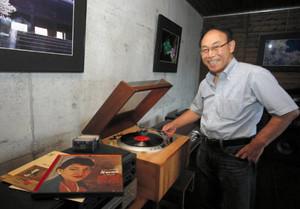 アナログにこだわった音響機器や写真を展示しいている平松徹さん=可児市の喫茶ギャラリー樹の萌で