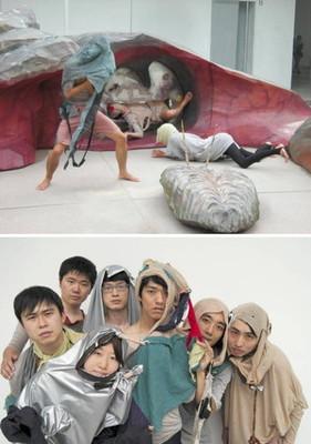 (上)巨大オブジェと一体化したオル太のパフォーマンス=金沢市で(下)金沢でアート合宿を続ける芸術家集団オル太(提供写真)