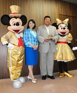 河瀬一治市長(右から2人目)を表敬訪問したミッキーマウス(左)、永井綾香さん(左から2人目)、ミニーマウス(右)=敦賀市役所で
