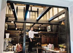 米蔵を改装して設けた飲食スペース=飛騨市古川町で