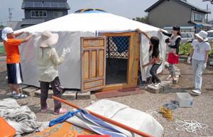 遊牧民の住居ゲルを作る福井・モンゴル友の会のメンバーら=鯖江市中野町で