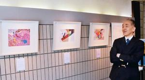 万葉歌のイメージと平仮名を組み合わせた作品について話す上野さん=高岡市万葉歴史館で