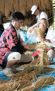 神宮へ納める稲の束を準備する参加者=伊勢市の外宮山田工作場で