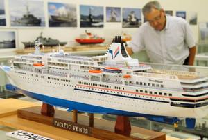 細部にまでこだわった船や飛行機の模型が並ぶ会場=多気町仁田の多気クリスタルタウンショッピングセンターで