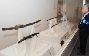弥生時代から戦後までの日本刀が並ぶ会場=千曲市の県立歴史館で