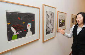 片思いや失恋など恋愛を表現した版画作品が並ぶ会場=須坂市の須坂版画美術館で