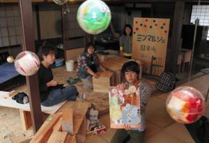 空き家に客を迎え入れる準備を進めるとよさと快蔵プロジェクトのメンバー=豊郷町吉田で