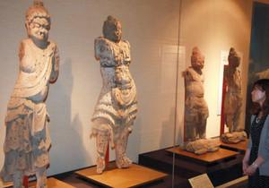 初公開された平安後期から室町時代にかけての仏像=福井市の県立歴史博物館で