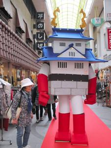 日本一の高さになった巨体で商店街を練り歩く「お城ロボ」=岐阜市の柳ケ瀬商店街で