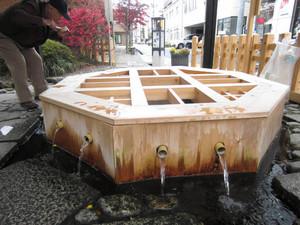 昔も今も「当国第一の名水」といわれる源智の井戸=松本市中央で