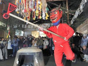 まさかりを手に釜湯の周りを勇壮に舞う「山鬼」=東栄町の小林地区で