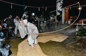 にぎやかに繰り広げられた「参候祭り」=設楽町三都橋で