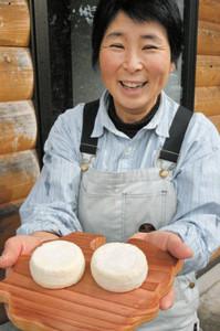 金賞を受賞したチーズ「シェーブル」を手に笑顔の後藤宝さん=池田町の「TAKARAチーズ工房」で