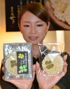 17日に試験発売となるクローバーの葉が入ったせんべい=田原市の菓子蔵せきで
