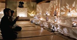 大橋さんが手掛けた陶器の明かり作品が展示される会場=米原市の近江公民館で