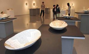 オブジェや器など6人の作品が並ぶ会場=多治見市本町の市文化工房ギャラリーヴォイスで