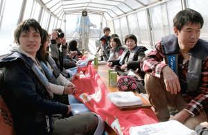 「こたつ舟」でぬくぬくしながら川下りを楽しむ観光客ら=飯田市で