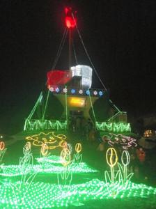 電飾で闇夜に浮かび上がったチューリップタワー=砺波市花園町で