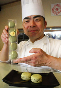小松イ草を使ったマカロンと、考案した堀田さん=金沢市扇町で