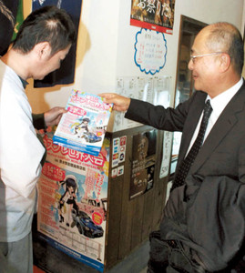 商店街の店主らにコスプレ大会への協力を呼びかけて回る伊東理事長(右)=静岡市清水区で