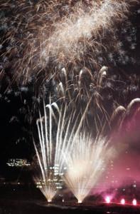 温泉街の夜空を彩る花火=下呂市の下呂温泉街で