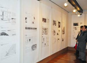 雪岱の挿絵の展示に見入る人たち=金沢市下新町で