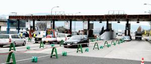 近江大橋が無料となり撤去作業が始まった料金所=草津市で