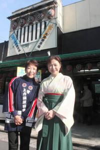 講談会を開く古池鱗林さん(右)と水谷風鱗さん=名古屋市中区の大須演芸場で